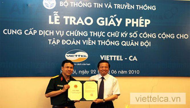 Lễ trao giấy chứng thực chữ ký số giữa Viettel và Bộ TT&TT